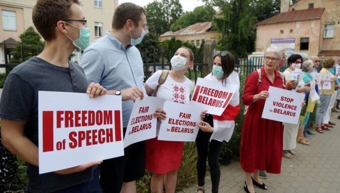 На пикет к посольству Белоруссии вышли 40 человек, включая депутата ЕП Калниете