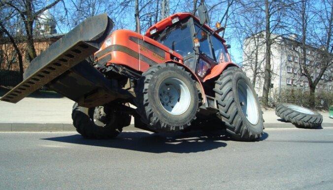 Vīrietim virsū uzkrīt traktors