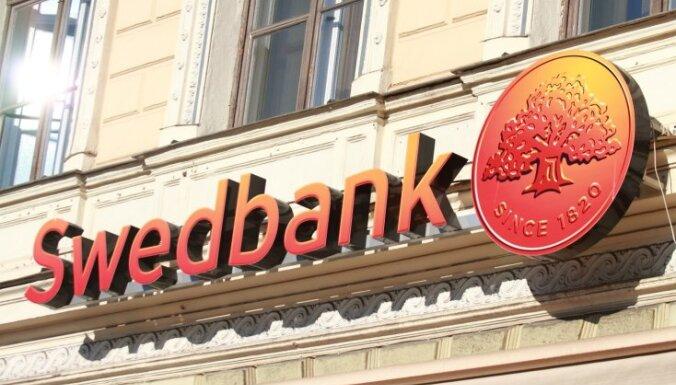 Komercbankas sanikno 'nolikto atslēgu' likums; 'SEB' un 'Swedbank' aptur ģimeņu mājokļu programmu