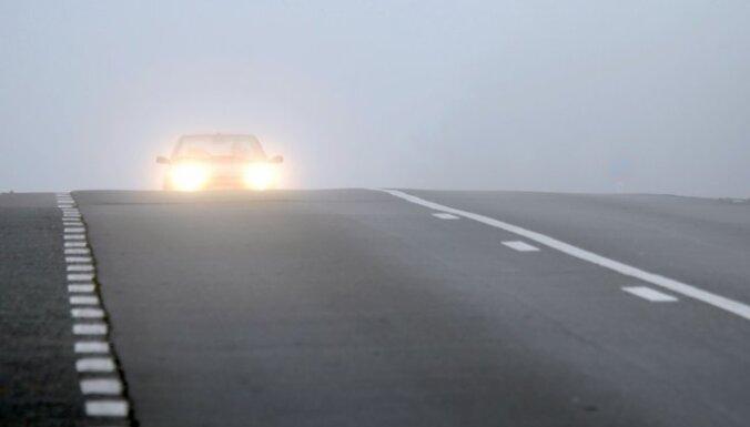 'Citroen' no ceļa iebrauc grāvī; 'Mitsubishi' uzbrauc betona nožogojumam