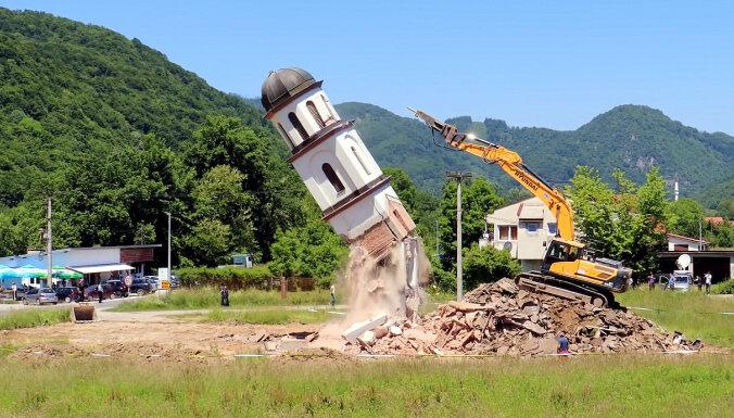Simboliskais grūdiens: Kā ekskavators pie Srebreņicas nojauca nelegālu serbu baznīcu