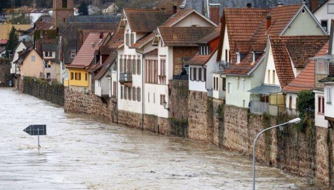 Foto: Lietusgāzes un slapjš sniegs izraisa plūdus Vācijas dienvidos