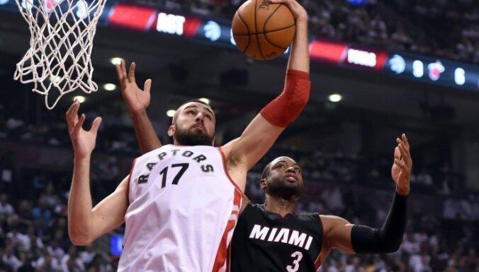 Toronto 'Raptors' neizdodas tikt vaļā no Valančūna