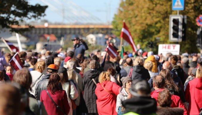 Video: Spītējot policijas lūgumam, Rīgā pulcējas protestētāji