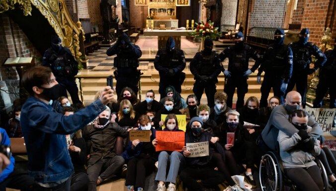 Polijā protestētāji pret abortu aizliegumu vēršas pret baznīcām