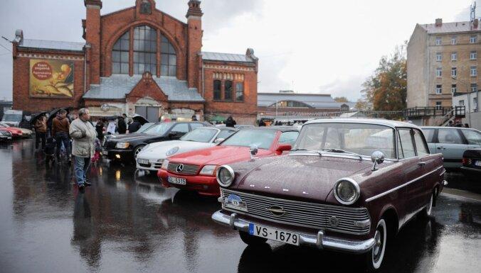 ФОТО: На Агенскалнском рынке прошел парад немецких классических авто