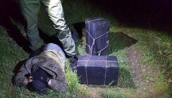 Robežsargi aiztur Latvijas pilsoni un izņem vairāk nekā 20 tūkstošus kontrabandas cigarešu