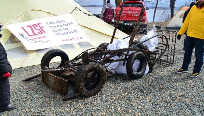 Foto: No Ķīšezera dzelmes izceļ un samontē 'atkritumu auto'