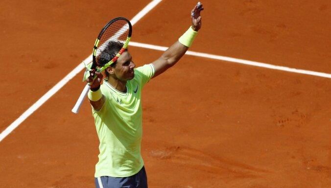 Nadalam droša uzvara 'French Open' sākumā; Vozņacki piedzīvo sensacionālu zaudējumu