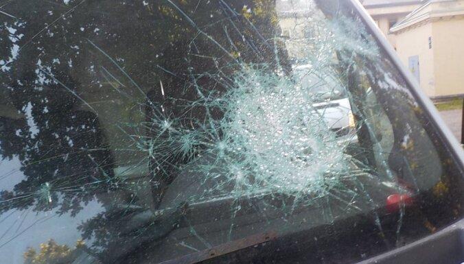 Находившаяся в розыске женщина в приступе гнева разгромила машину супруга