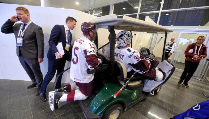 После матча с Норвегией хоккеистов сборной Латвии эвакуировали из раздевалки