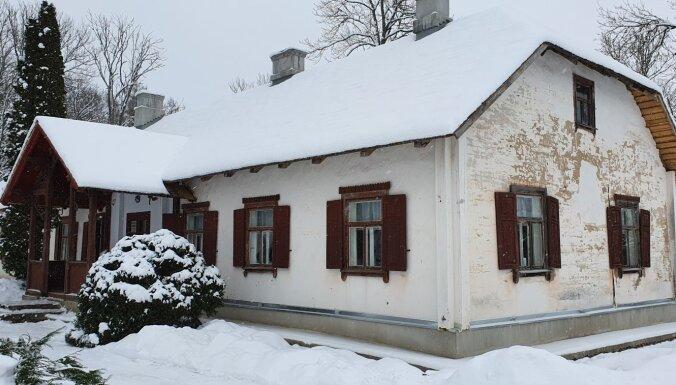 Atjaunos Raiņa muzeja 'Jasmuiža' muižas pārvaldnieka ēku Preiļu novadā