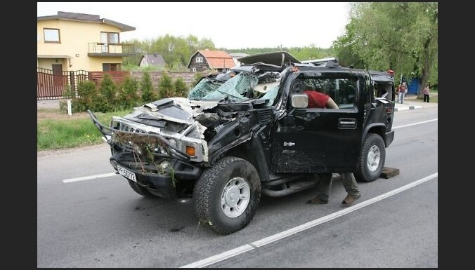 Iereibusi lietuviete apmet kūleni ar 'Hummer'