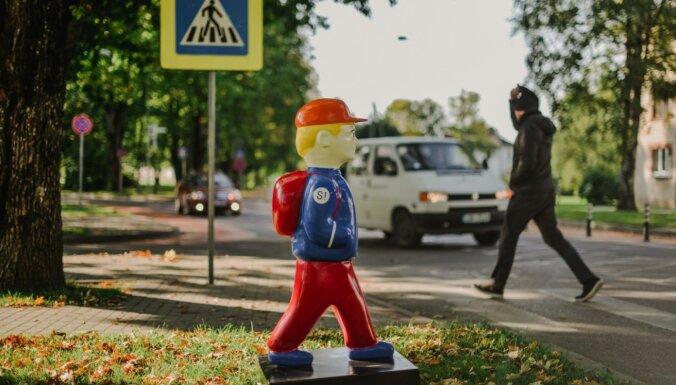 Foto: Siguldā pie gājēju pārejām drošībai uzstāda atstarojošu skolēnu figūras