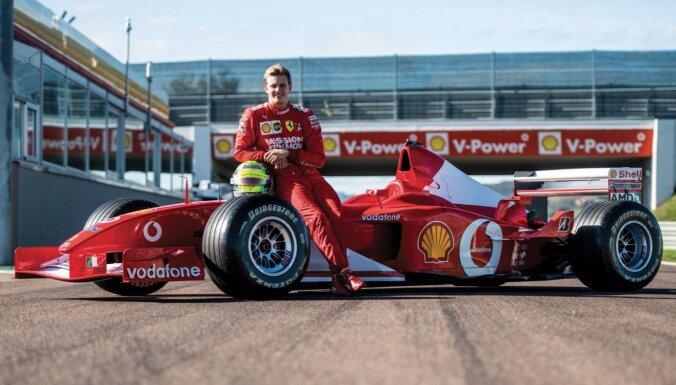 Foto: Izsolīs Šūmahera leģendāro 'Ferrari F2002' formulu