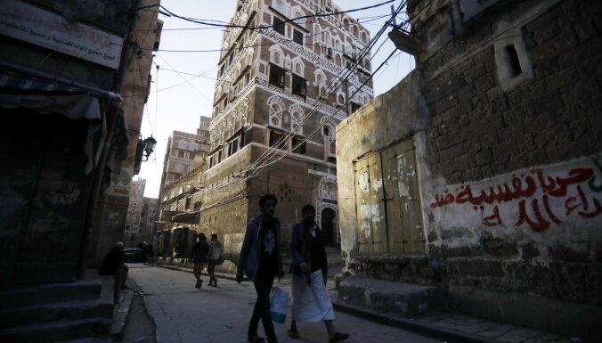Huti Jemenā raķešu triecienā nogalina vismaz 80 karavīrus
