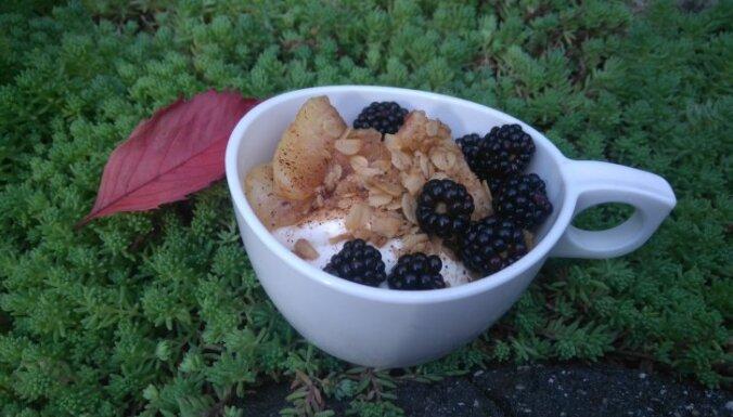 Biezpiena krēms ar karamelizētiem āboliem, auzu pārslām un kazenēm