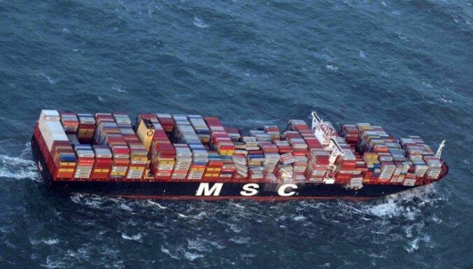 Kuģis Ziemeļjūrā pazaudē 270 konteinerus; Nīderlandē krastā izskalo rotaļlietas, mēbeles un televizorus