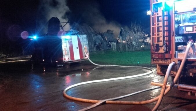 ФОТО: в Иецаве сгорел ангар, уничтожены семь машин и микроавтобус