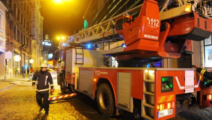 Rīgas centrā neapsaimniekotas ēkas ugunsgrēkā izglābti divi vīrieši