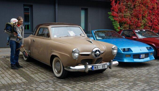 Foto: Pie Rīgas Motormuzeja pulcējušies vairāk nekā 150 klasiskie auto
