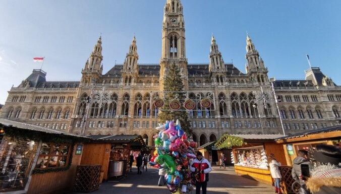 Suvenīri, tradicionālie našķi un citi labumi: iespaidīgais Vīnes Ziemassvētku tirdziņš