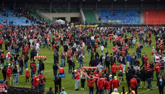 Spartak fans on the field of the Arsenal stadium Tula
