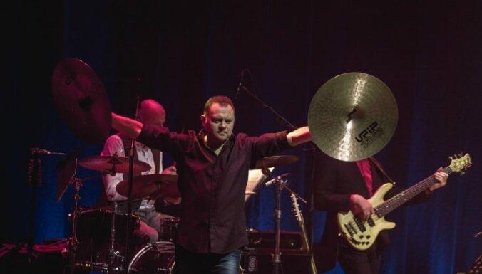 Foto: Igo ar diviem koncertiem Liepājā nosvin 40 gadus uz skatuves