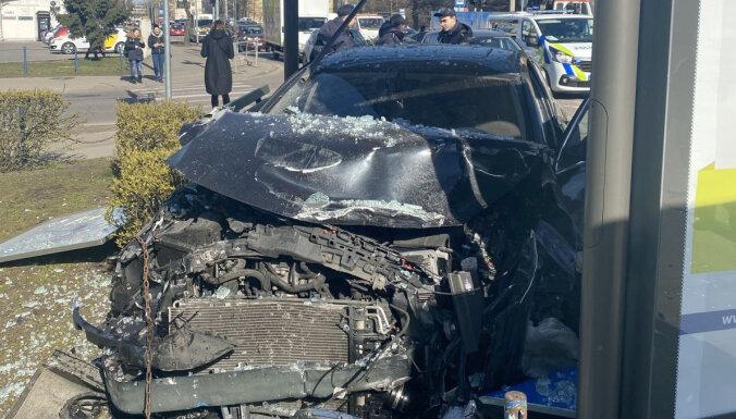 Ķengaragā 'Opel' pēc sadursmes ietriecies sabiedriskā transporta pieturā