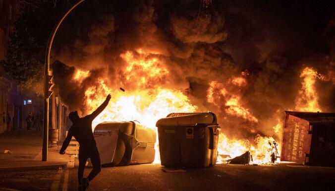 Spānijā pēc repera aizturēšanas nerimst vardarbīgi protesti