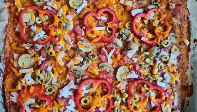 Krāsaina un koša pica ar ziedkāpostu mīklas pamatni bez miltiem