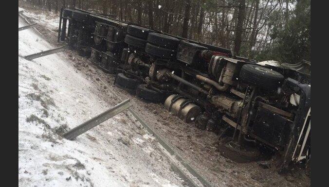ФОТО: Авария на рижской окружной дороге Саласпилс-Бабите; движение возобновлено