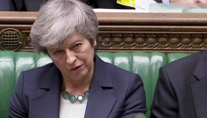 Meja brīdina parlamentu nepieļaut 'Brexit' atlikšanu uz visiem laikiem
