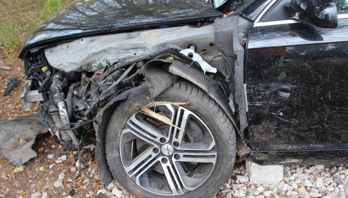 Переполненная машина врезалась в дерево и съехала в озеро: погиб подросток