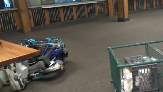 Video: 'Boston Dynamics' robotam nesekmējas kastes uzlikšana uz galda