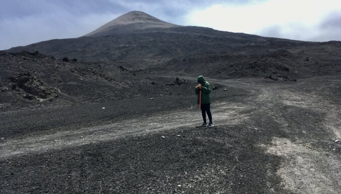 Ceļojuma video: kā latviešu ceļotāji kāpa Eiropas augstākajā aktīvajā vulkānā