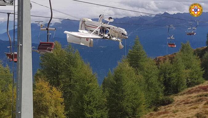 ВИДЕО: В Альпах самолет запутался в проводах горнолыжного подъемника и повис