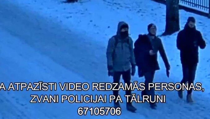 Полиция просит опознать трех молодых людей на видео
