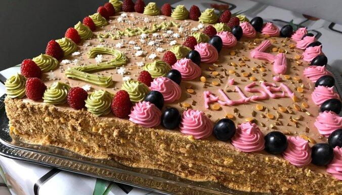 Greznā lauku torte ar divu veidu biskvītiem un trīs krēmiem