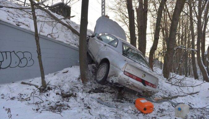 Foto: Bēgot no policijas, Tallinā avarē apreibis vīrietis ar 'Alfa Romeo'