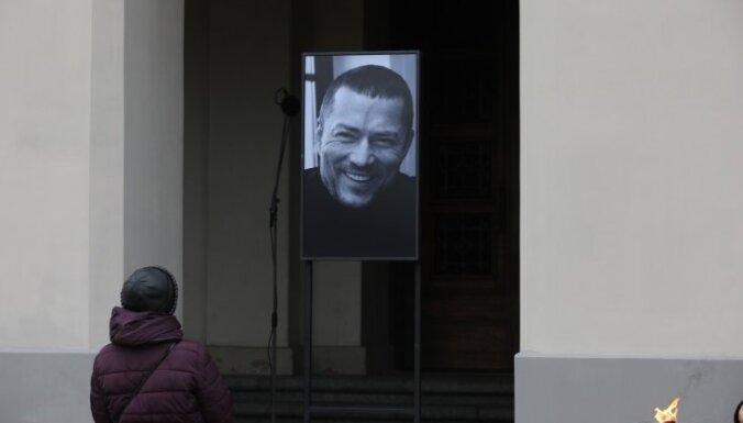 Foto: Draugi, tuvinieki un kolēģi pēdējā gaitā pavada Andreju Žagaru