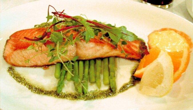 Запеченный лосось с луком и лимоном