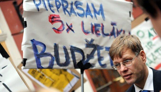 Foto: Piketā pie Saeimas prasa palielināt finansējumu kino nozarei