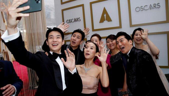 Pārsteigums 'Oskara' ceremonijā – labākās filmas balvu saņem dienvidkorejiešu 'Parazīts'