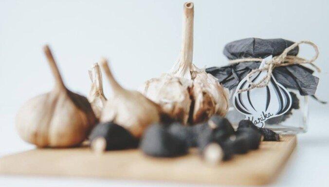 Melnie ķiploki un šķīvis vegāniem – skolēnu sarūpētās pērles tirdziņā 'Cits Bazārs'