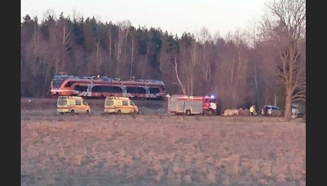Foto: Vilciena un automašīnas sadursmē Igaunijā divi bojā gājušie