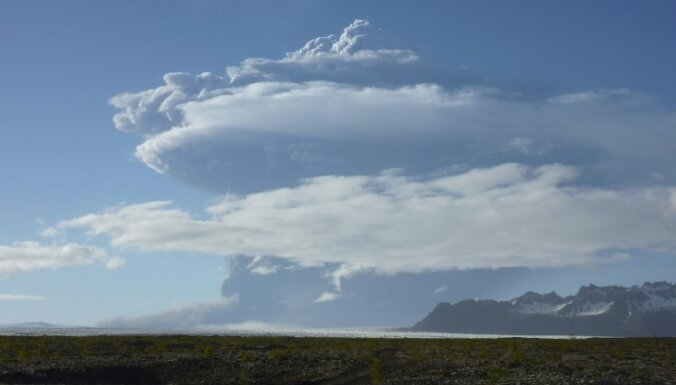 Meteorologi: Īslandes vulkāna pelni otrdien tomēr var sasniegt Eiropu