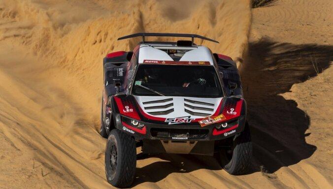 Sainss uzvar Dakaras rallijreida piektajā posmā un palielina pārsvaru kopvērtējumā