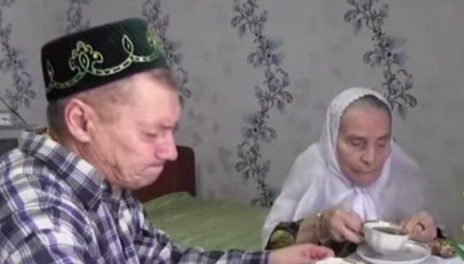 Pie vīra iziet 76 gadus veca tatāru jaunava