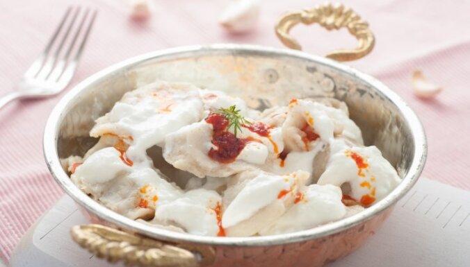 Манты – пельмени с бараниной, тушеные в помидорах с чили и йогуртом